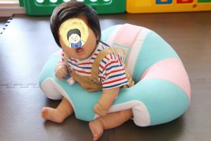 人気急上昇のベビーチェア「ハガブー」に生後3ヶ月のムチムチ君と生後5ヶ月の小柄ちゃんが座ってみた[PR]